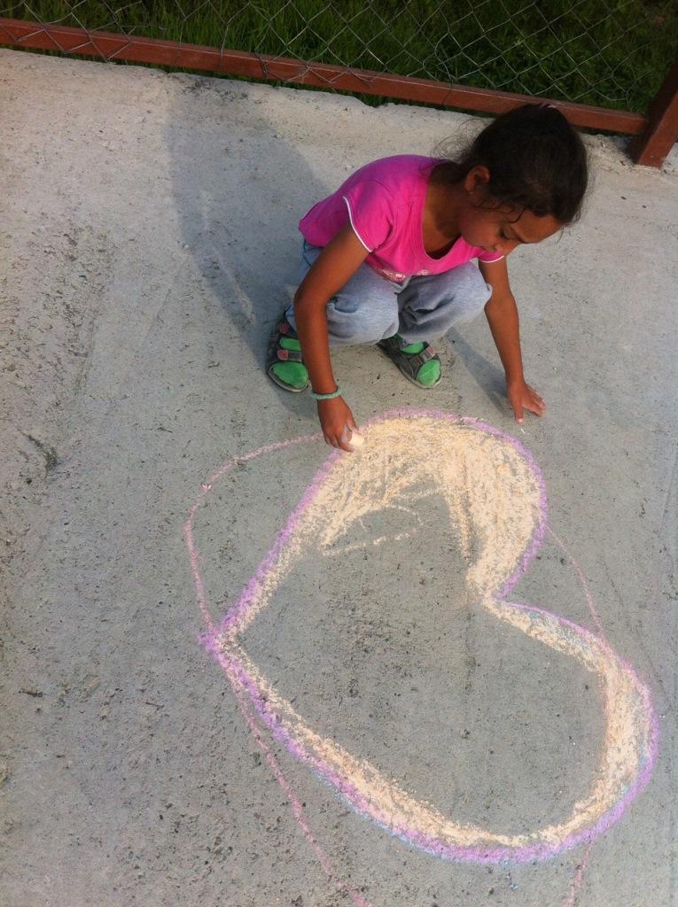 kislány szivecskét rajzol